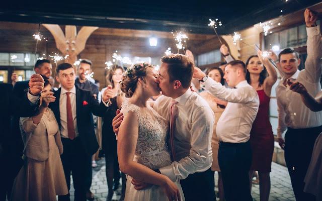 ślubne inspiracje, zimne ognie na weselu, zimne ognie, para młoda