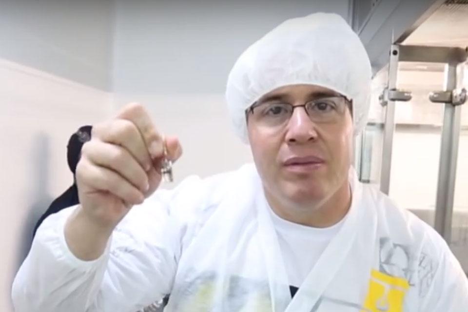 Kleber Caramello mostra ampola de Durateston, um esteróide anabolizante. Foto: Reprodução