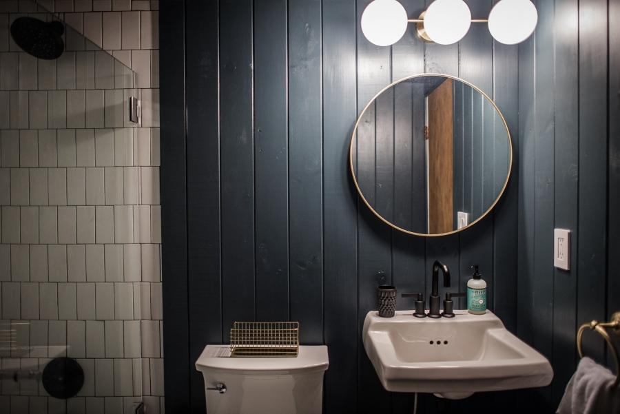 Skandynawski dom z elementami boho - wystrój wnętrz, wnętrza, urządzanie mieszkania, dom, home decor, dekoracje, aranżacje, minty inspirations, styl skandynawski, naturalne drewno, drewniana podłoga, boho, scandinavian style, otwarta przestrzeń, drewniane belki, łazienka