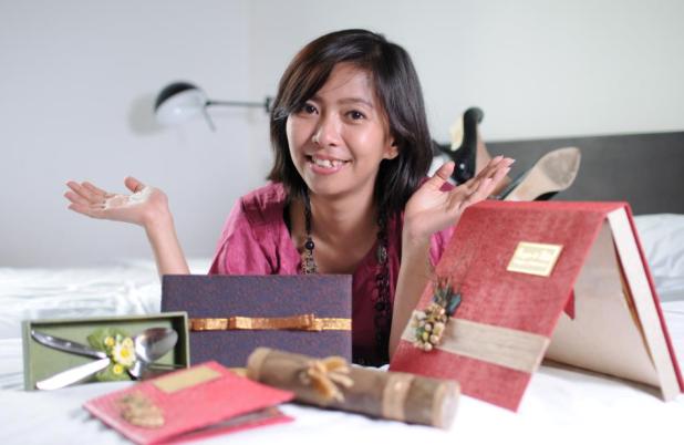 Kisah Sukses Dewi Tanjung Sari Mengolah Daun Kering