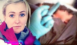 Foto Selfie Petugas Ambulan di Dekat Pasien yang Sekarat