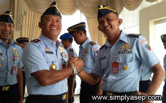 SALAM KOMANDO : Danlanud Supadio Marsma TNI Minggit Tribowo, S.IP memberi salam komando kepada salah seorang Perwira Menengah (Pamen) yang naik pangkat yaitu Mayor Filfadri    Foto Asep Haryono