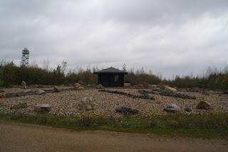 Der Steinkompass, in der Mitte darauf die Schutzhütte. Im Hintergrund ist die Wetterstation zu erkennen.