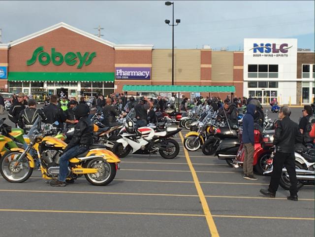 Cientos de motociclistas escoltan a un niño a su escuela para que dejen de hacerle bullying