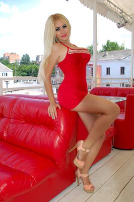 ukrainische Frau NIka im kurzen Minikleid (Rot)