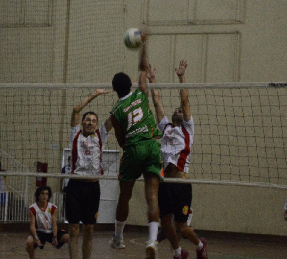As equipes de voleibol de Três Rios têm o apoio da Secretaria Municipal de  Esporte e Lazer e da Clínica de Ortopedia Dr. Fábio Monnerat. 93d5c26bbf744