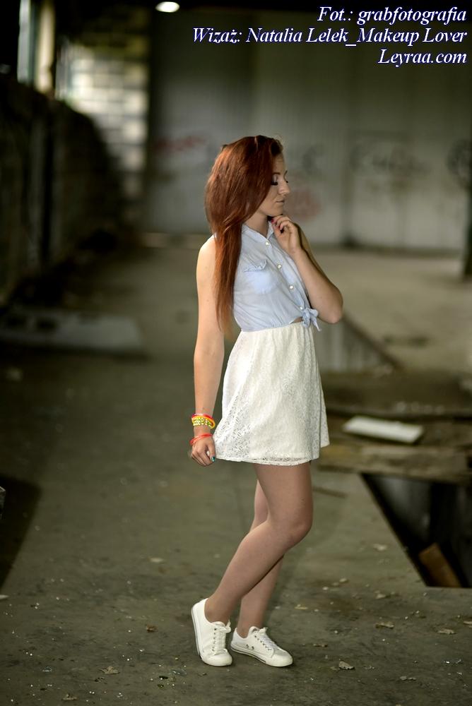 8.07.2017 Biała koronkowa sukienka z jeansową górą, białe trampki, plastikowe kolorowe bransoletki, Dębica
