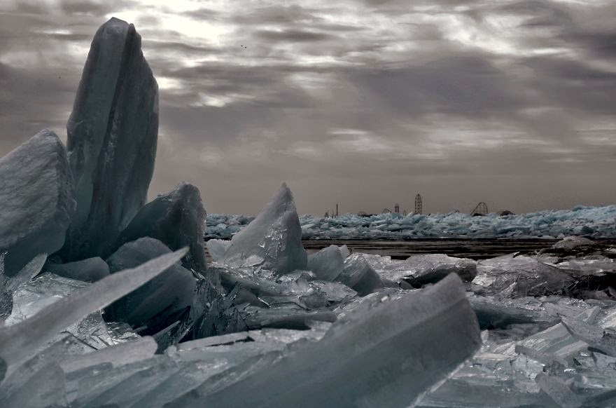 12. Lake Erie In Marblehead, Ohio - 18 Beautiful Frozen Lakes, Oceans And Ponds That Resemble Fine Art