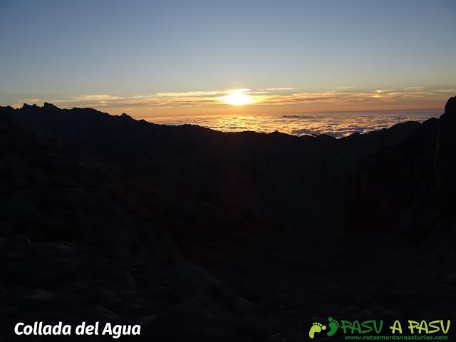 Ruta Pandebano - Refugio de Cabrones: Puesta de sol desde la Collada del Agua