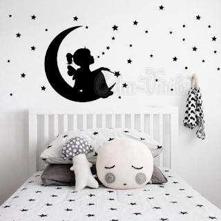 vinilo decorativo infantil nena niña sentada en luna con estrellas dormitorio pared