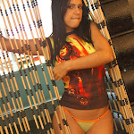 Andrea Rincon, Selena Spice Galeria 36 : Shakiras, Camiseta Negra Con Amarillo y Rojo, Tanga Amarilla y Naranja Foto 5