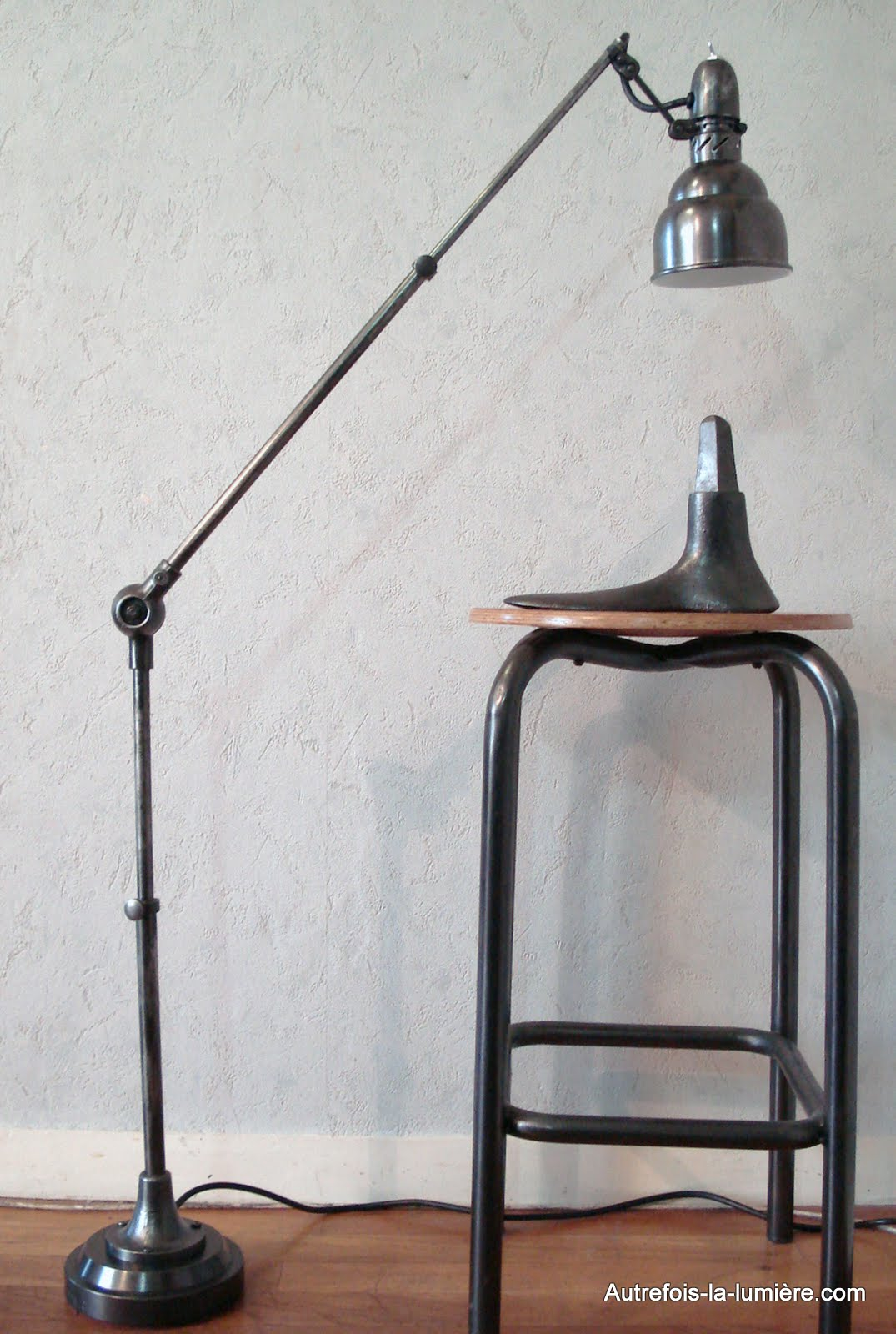 lampe sur pied industriel. Black Bedroom Furniture Sets. Home Design Ideas
