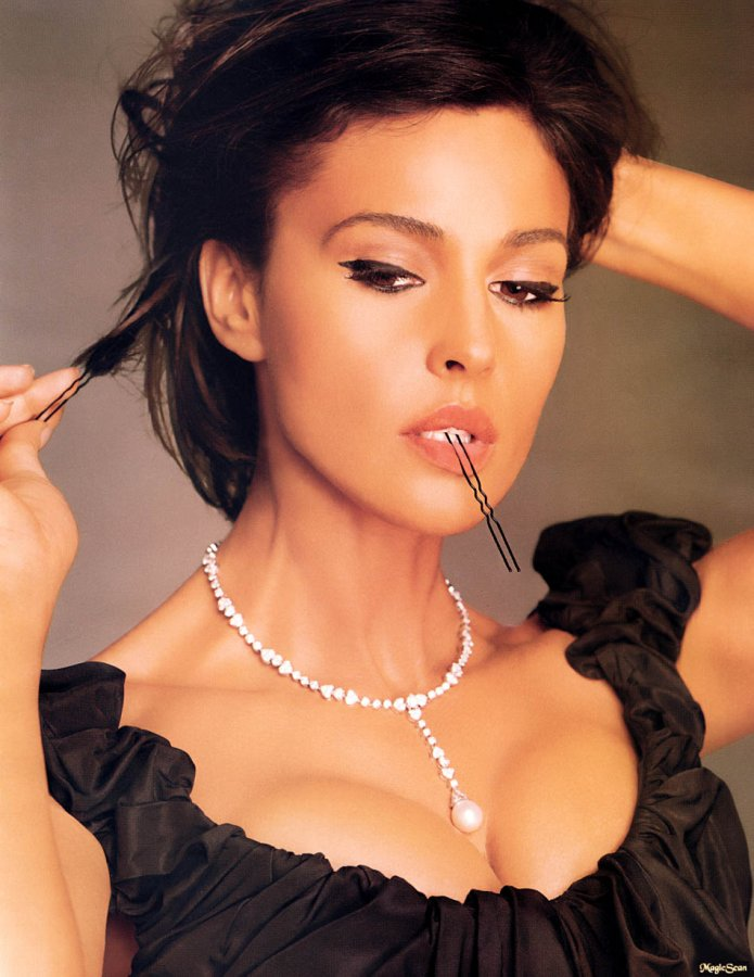 global buzz times monica bellucci bra size and measurements profile movies list and photos. Black Bedroom Furniture Sets. Home Design Ideas
