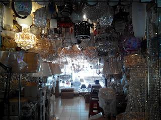 Berbagai lampu gantung yang dijual beberapa toko di Kenari Mas (dokumen pribadi)