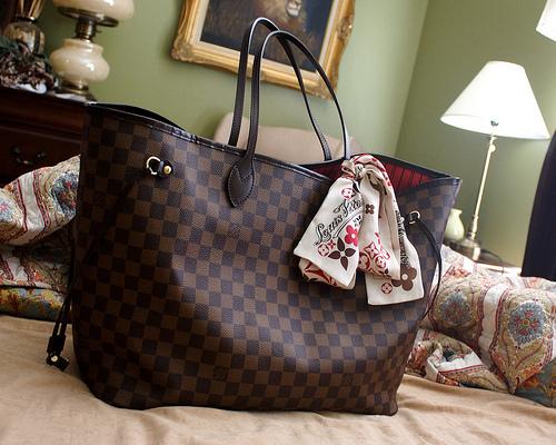C est un classique chez Louis Vuitton et qui se vend beaucoup. Je voudrai  le prendre en Ebène b424a309d52