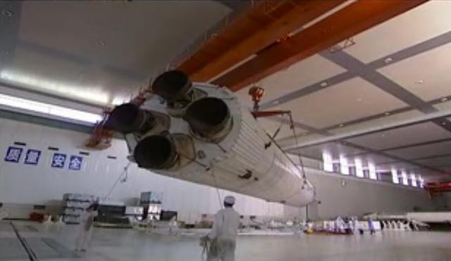 Các kỹ sư Trung Quốc đang xây dựng tên lửa 2F T1 của dòng tên lửa Trường Chinh. Tên lửa này được dùng để đưa Trạm Không gian Thiên Cung 1 lên quỹ đạo vào năm 2011. Hình ảnh: China Manned Space Engineering Office.