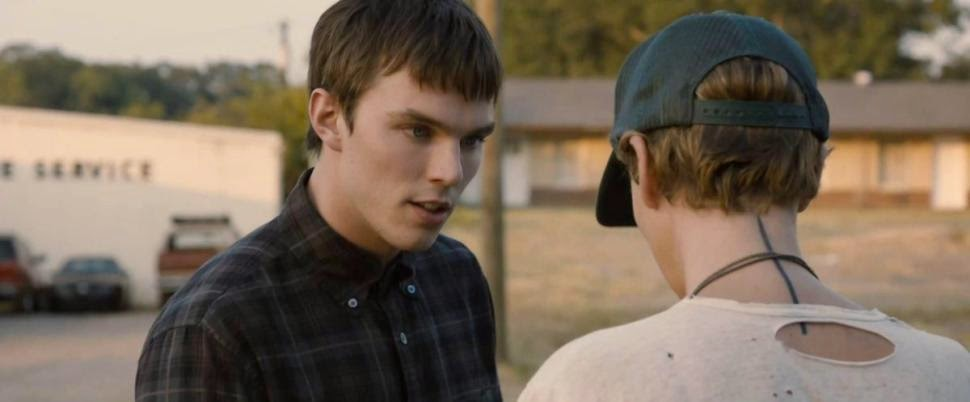 Nicholas Hoult face à Charlize Theron dans Dark Places