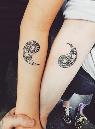 Separado Yin Yang tatuagens em cada braço. Você pode ser artístico de tinta e os dois aspectos do Yin Yang em um braço e um no outro. Os detalhes intrincados sobre o Yin Yang elementos também olhar surpreendente.