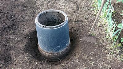 コンポスト容器を移設用の穴に入れたところ