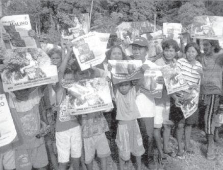 Warga di Poso, Sulawesi Selatan memegang poster anti kekerasan yang mendukung Perjanjian Malino, Januari 2002. Masyarakat menginginkan perdamaian.
