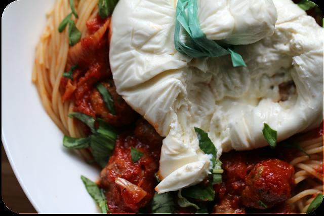 Spaghetti mit Fleischbällchen aus Salsicce in Tomatensauce und Burrata und Paulies Knoblauchmethode (Good Fellas) | Arthurs Tochter Kocht von Astrid Paul
