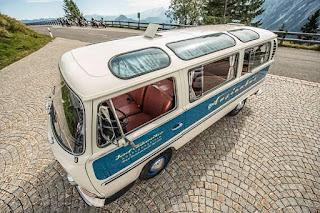 VW Busse mit zusätzlichen Dachfenstern zu versehen
