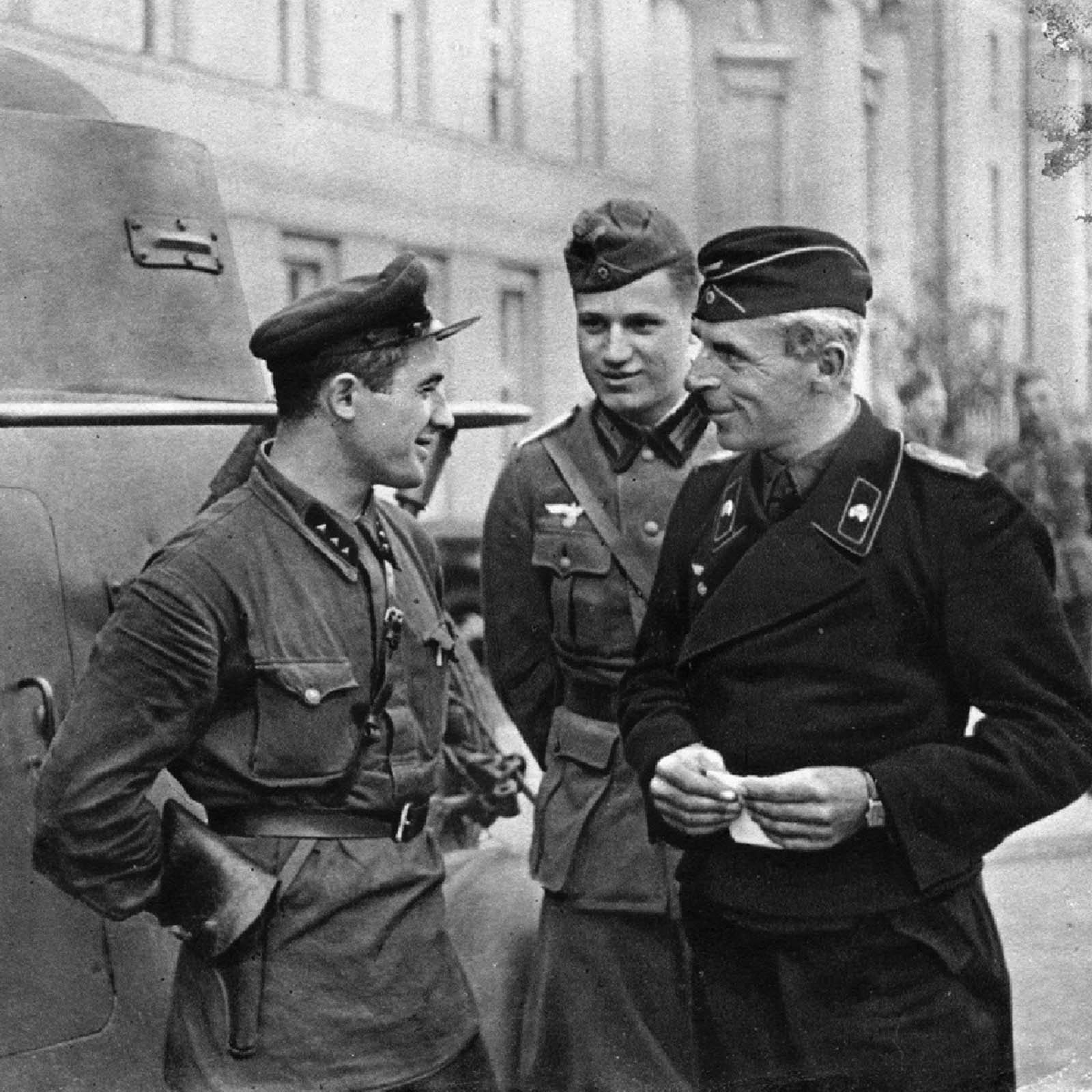 Soviet and German officials having a friendly conversation in the newly captured Polish city of Brest, September 1939.