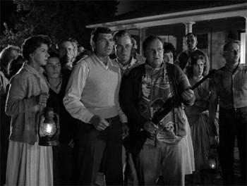 Les habitants crédules de Maple Street dans l'épisode de La Quatrième dimension, de Rod Serling
