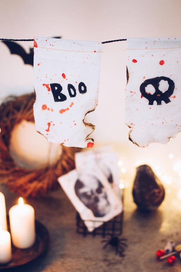 Halloween Dekoration selber machen: Anleitung für eine gruselige DIY Girlande aus Tempo-Taschentüchern. Happy Crafting by titatoni.de