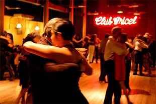 Veja os melhores lugares para dançar tango em Buenos Aires.