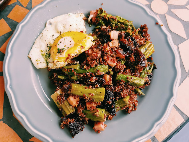 Szparagi z quinoą i boczkiem