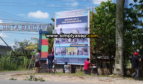 RAKSASA : Inilah Spanduk atau Baliho rencana pembangunan Masjid yang dipasang di depan Masjid Babussalam komplek Duta Bandara. Foto Asep Haryono
