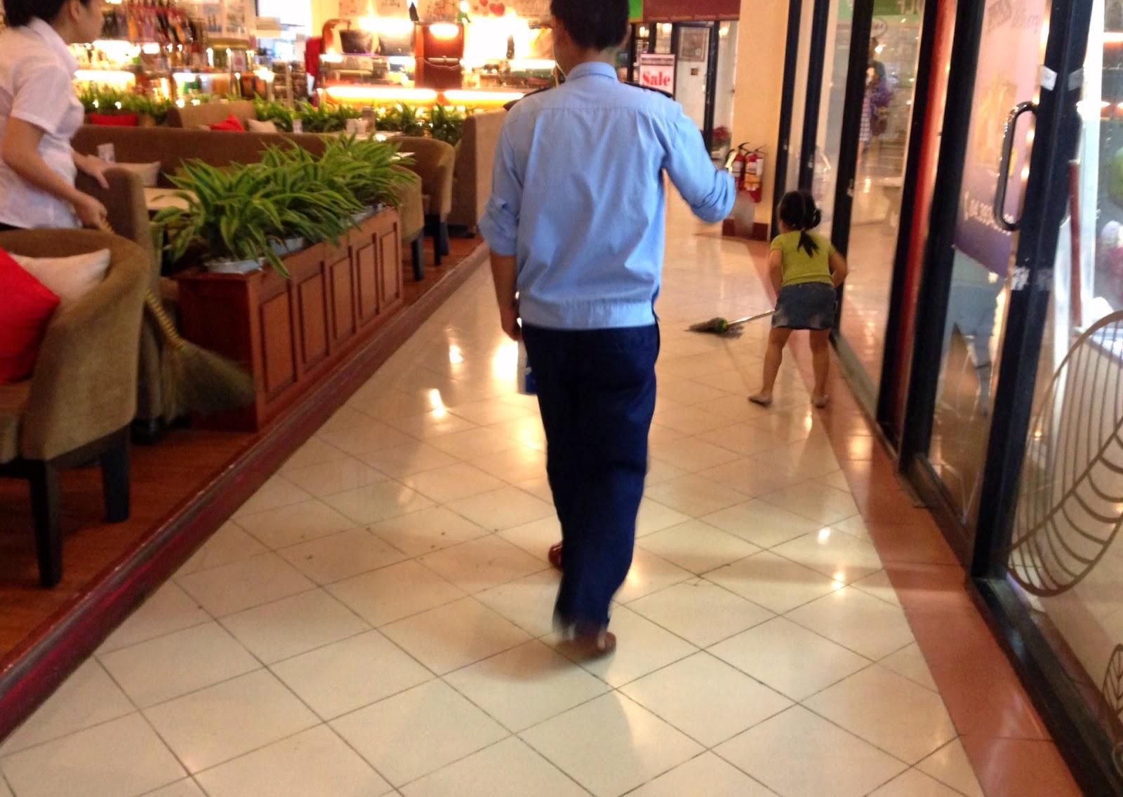 sweep-the-floor-vietnam ベトナムの掃き掃除文化