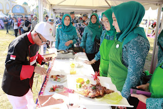 <b>Hj Erica Puji Kelihaian Delegasi MNEK Masak Ayam Taliwang</b>