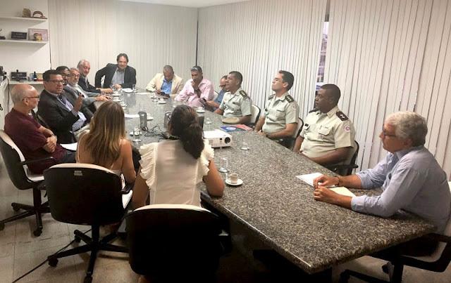 O comandante de Policiamento da Região da Chapada, o secretário da Setur, o prefeito de Lençóis, e o empresariado do ramo de hotéis e pousadas participaram de evento (Foto: Divulgação/ SSP)