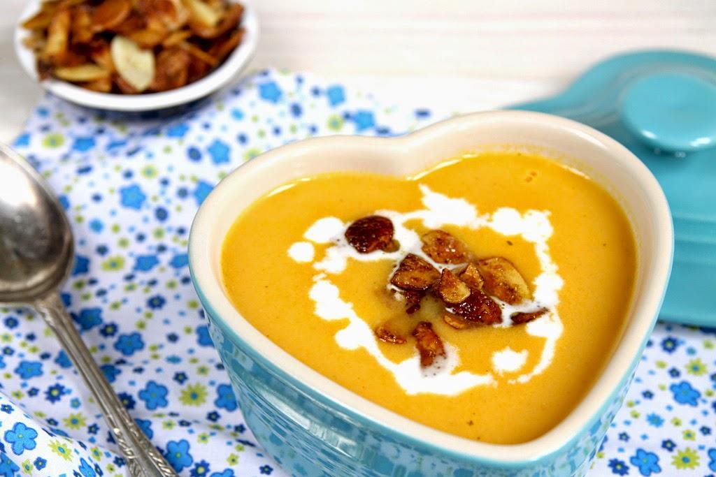 Zupa marchewkowa z solonymi migdałami