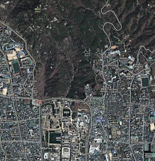 En el mapa satelital de Daum la Oficina del Presidente de Seúl es una montaña boscosa