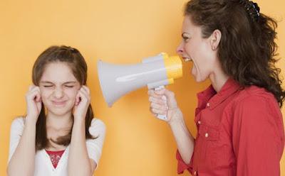 تصرفات تؤثر سلباً في حياة الأطفال ومستقبلهم، مكبر صوت ازعاج امرأة تصرخ لطفلة ميكروفون woman yelling at microphone shouting to a girl