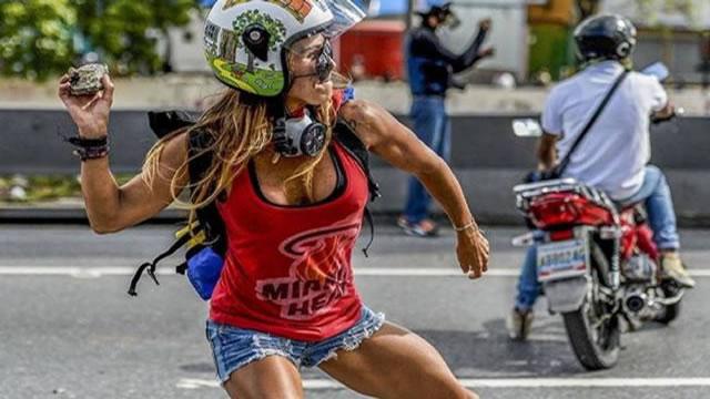 """La """"Mujer Maravilla"""" que protesta contra Maduro"""