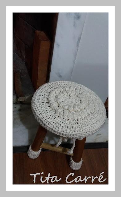 Banquinho de madeira com crochet