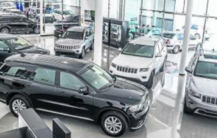 Presunto comando armado irrumpe en negocio de autos usados; roban 10