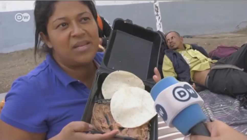 Frijoles y tortillas son comida para puercos: Mujer deja mal a migrantes centroamericanos (VIDEO)