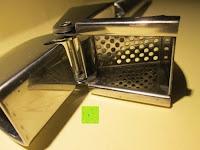 Sieb: Knoblauchpresse aus Edelstahl mit Bonusbroschüre vom Suppenkasperle - Spülmaschinenfest mit großer und ausklappbarer Kammer - Ein professioneller Küchenhelfer und die perfekte Ergänzung für Ihr Kochzubehör und Kochbesteck