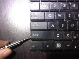 cara melepas tuts keyboard