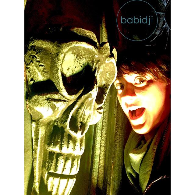 selfie de babidji à côté d'un crâne au Biarritz Halloween