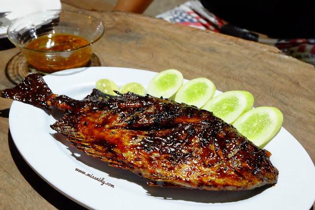 makan ikan bakar di pulau tidung