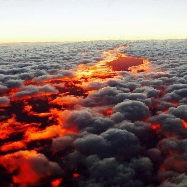 Захід сонця над хмарами