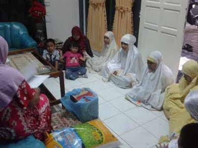 Istri dan Putri saya bersama dalam Kunjungan Ke Panti Asuhan Hidayatullah Makassar 11 April 2011