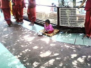 कामाख्या मंदिर के बाहर बौना भिक्षुक