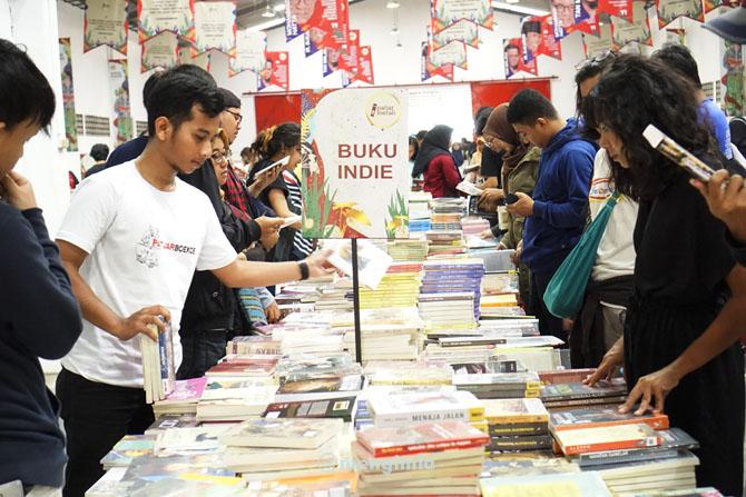 Pengunjung mencari buku di penerbit Indie